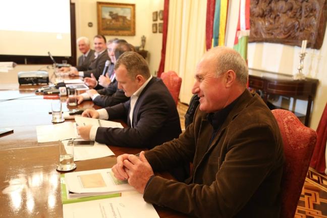 Na foto, ele é o primeiro à direita, ao lado do secretário Antonio Gavazzoni (Foto: Sarah Goulart/SEF)