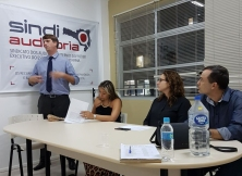 Clovis Renato Squio conversa com os colegas depois de eleito